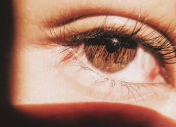 Mušice, paučina, bljeskovi pred okom, treba li se brinuti? Odgovara dr. Anđela Jukić!